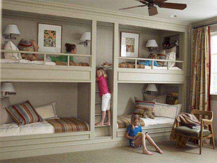 Двухъярусные кровати встроены в стену