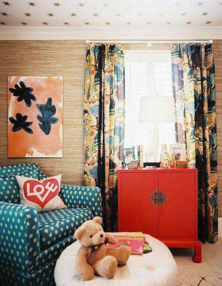 Сделайте комнату выше с окрашенным или оклеенным обоими потолком