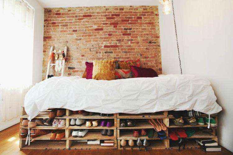 Хранение вещей под кроватью