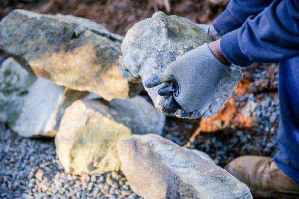 Как построить поддерживающую стену из натурального камня