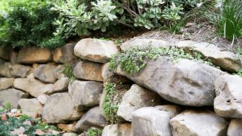 Как построить поддерживающую стену из натурального камня 1 | Дока-Мастер