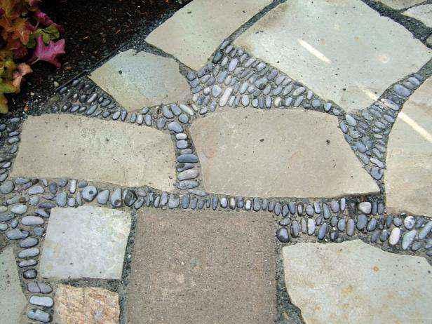 Как сделать мозаичный пол во дворе из натурального камня