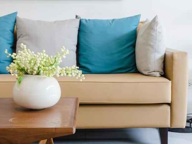 Как почистить диван из любой ткани