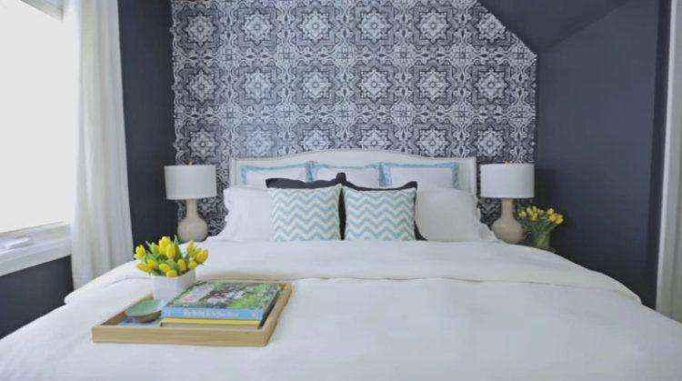 Симметричное размещение помогает спальне стильно выглядеть