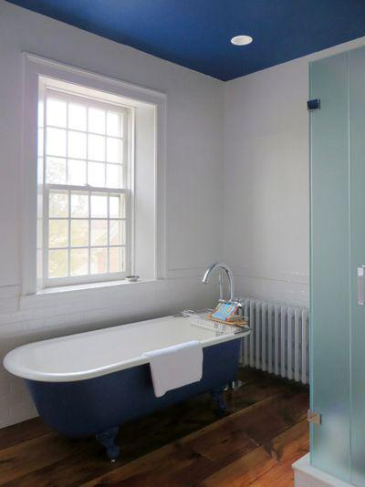 ванная с синим цветовым акцентом