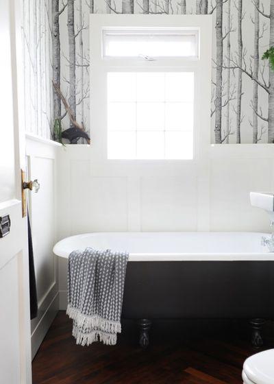 чёрная ванна в комнате с графическими обоями