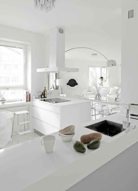 25 идей белых кухонь