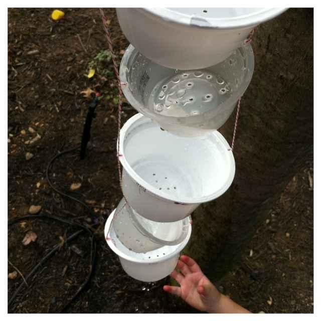Цепь дождя вместо водостока: 16 идей применения