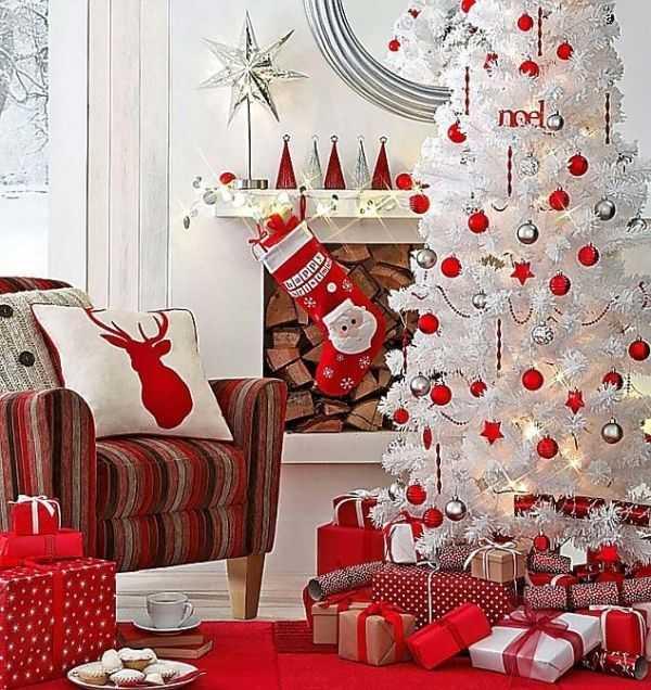 Белые елки как часть декора