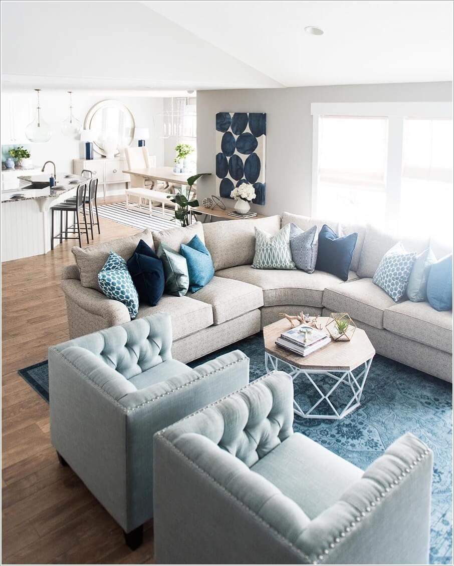 Как правильно обустроить гостиную с изогнутым диваном 01