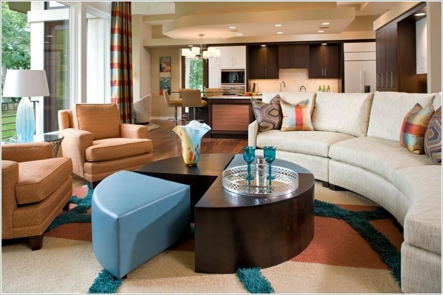 Как правильно обустроить гостиную с изогнутым диваном 04
