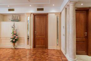 Двери из массива дерева в интерьере 1 | Дока-Мастер